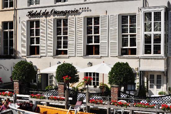 Hotel de Orangerie: Terrace behind tour boat line