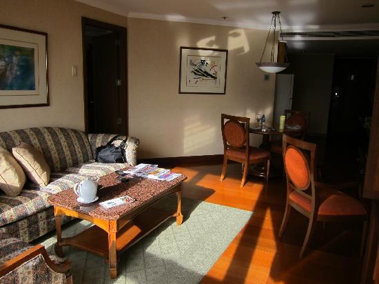 ดิสคัฟเวอรี่ สวีทส์: Living area in one bedroom suite