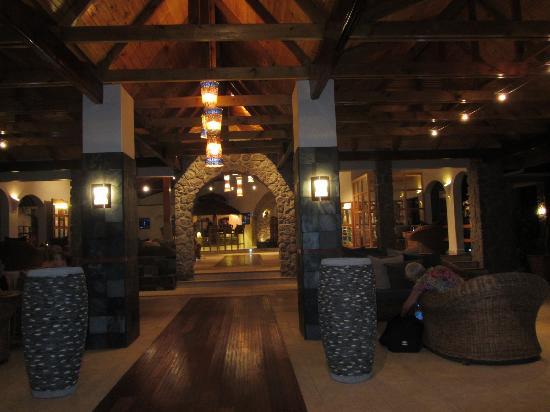 โคโค เด เมอร์ แอนด์ แบล็ค แพร์รอท สวีต: lobby of the Coco de Mer hotel