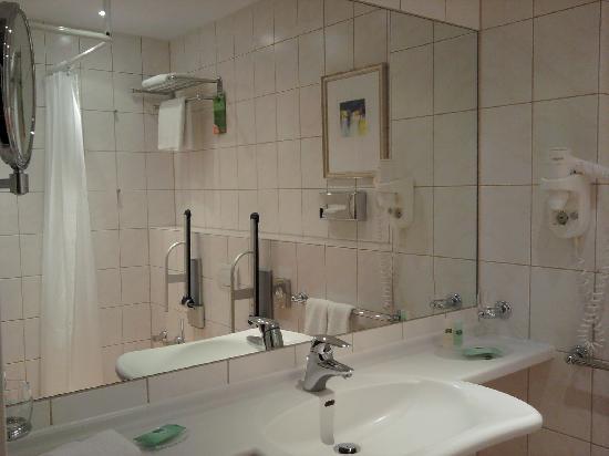 Courtyard by Marriott Berlin City Center: Standard room - Bathroom