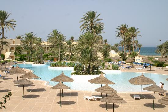 Zephir Hotel & Spa: vue de la piscine avec la mer en fond