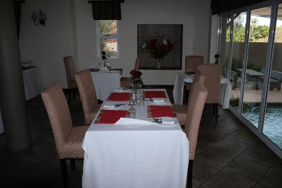 305 Guest House: Dining Room