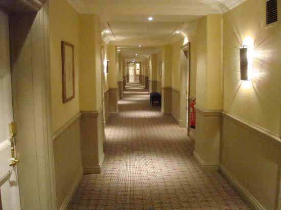 โรงแรมเดอะบาลมอรัล: Standard hallway