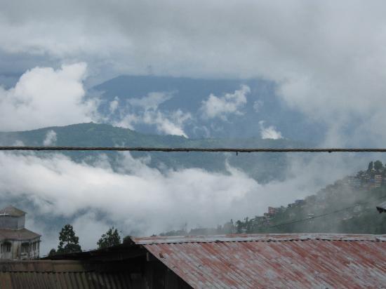 โฮเต็ล แอนด์ เรสเตอรองท์ แชงกรี-ลา: hills covered in clouds
