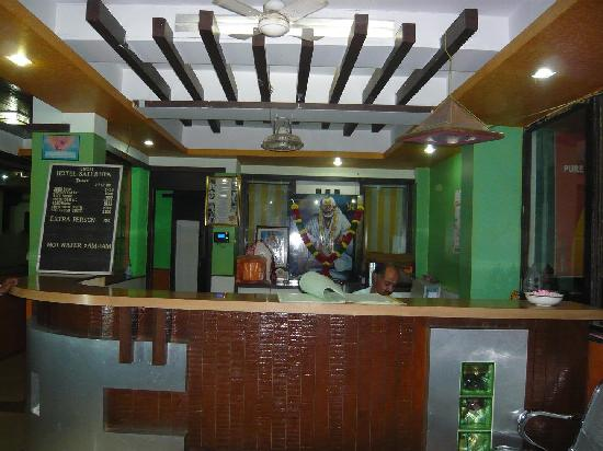 Hotel Saikrupa Shirdi: Hotel front desk