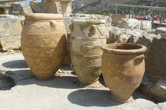 The Palace of Knossos: Giant pithoi