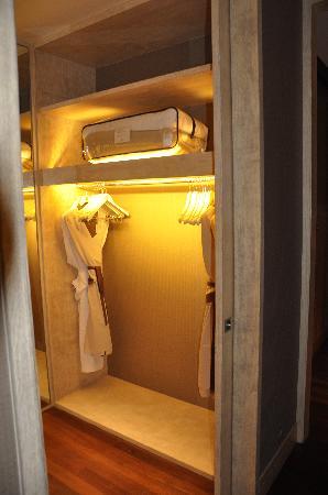 แชงกรีลาส์ วิลลิงกีลี รีสอร์ท แอนด์ สปา: Walk in wardrobe