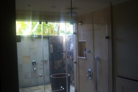 LUX* Le Morne: indoor & outdoor showers