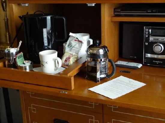 The Arctic Club Seattle - a DoubleTree by Hilton Hotel: Coffee maker in room quite nice.