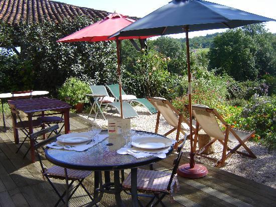L'Auberge des Coteaux de Gascogne: Repas sur la terrasse
