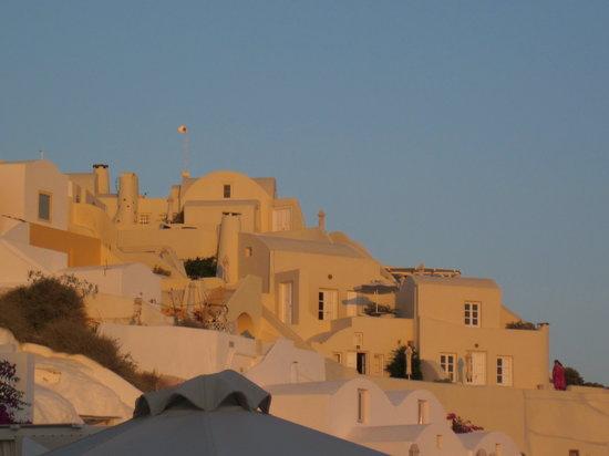 Kima Villa: Blick von unten auf Oia
