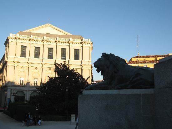 มาดริด, สเปน: ther royal theatre and a guardian hahaha, beautifull afternoon