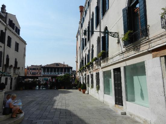 """โรงแรมซากรีโด: The """"quiet"""" street entrance to the hotel"""