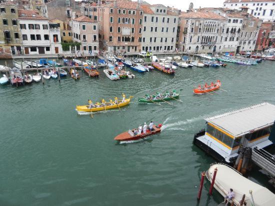 โรงแรมซากรีโด: That's right. Gondola races.