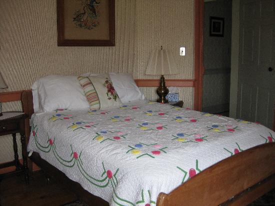 Glades Pike Inn: One of two beds in a front room
