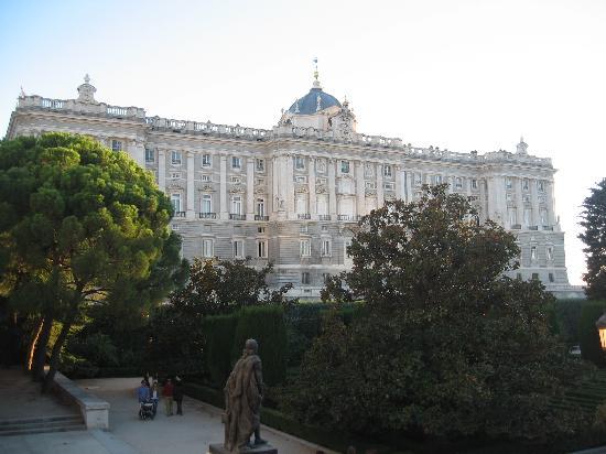 มาดริด, สเปน: the royal palace of maddrid - from sabatini gardens