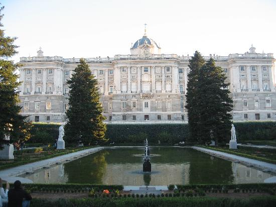 Royal palace from bailen street picture of madrid for Jardines palacio real madrid