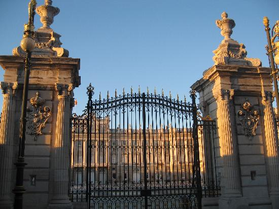 มาดริด, สเปน: the royal palace of madrid - main gate