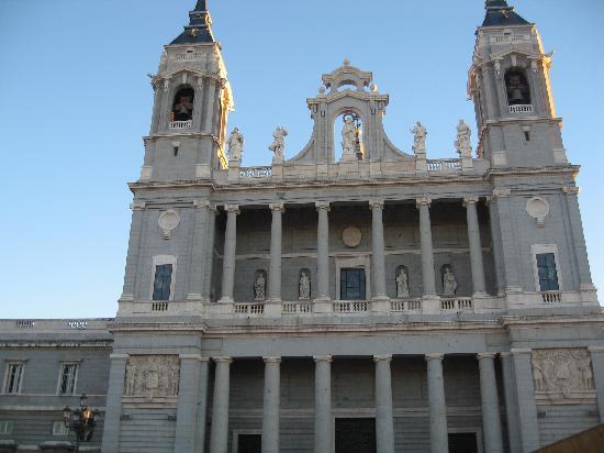 มาดริด, สเปน: almudena cathedral - front