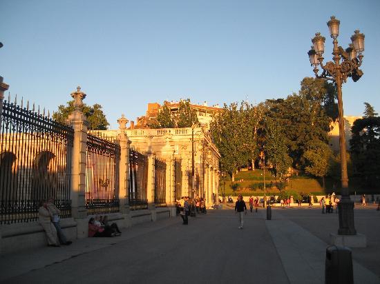 มาดริด, สเปน: nice light betwen the cathedral and the royal palace