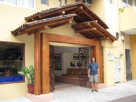 Zihuatanejo Centro Hotel: Front of hotel