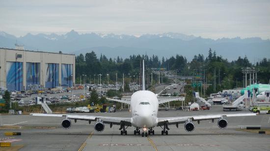 Future of Flight Aviation Center & Boeing Tour: Plane entering runway