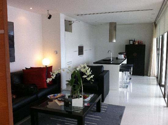 โรงแรมบีวายดี ลอฟท์ บูทีค แอนด์ เซอวิสอพาร์ตเมนท์: Living room and open kitchen