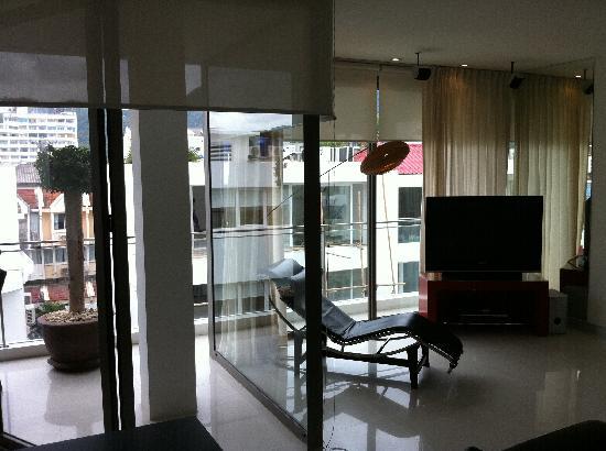 โรงแรมบีวายดี ลอฟท์ บูทีค แอนด์ เซอวิสอพาร์ตเมนท์: Full-length glass walls