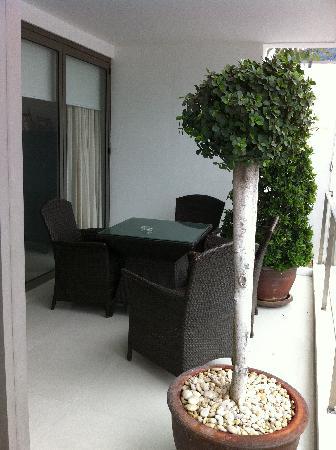 โรงแรมบีวายดี ลอฟท์ บูทีค แอนด์ เซอวิสอพาร์ตเมนท์: Balcony sitting area