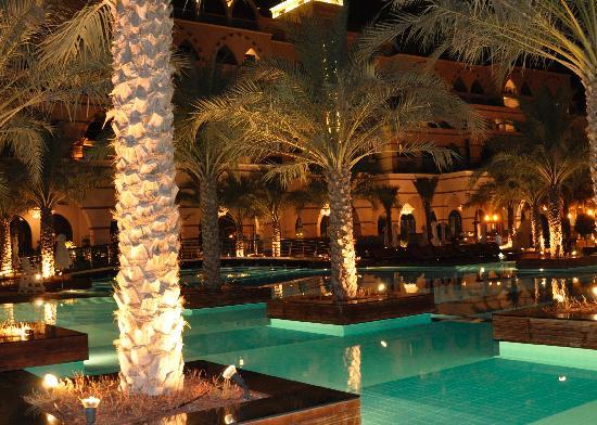 โรงแรมจูไมราซาบีลซาเรย์: Pool at night
