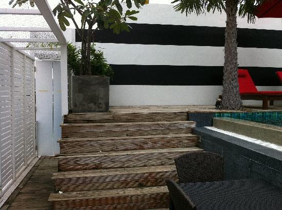 โรงแรมบีวายดี ลอฟท์ บูทีค แอนด์ เซอวิสอพาร์ตเมนท์: Private access then steps leading to pool