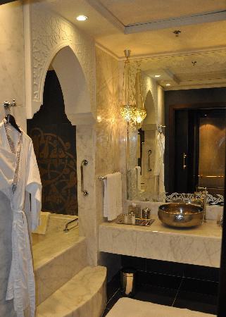 โรงแรมจูไมราซาบีลซาเรย์: bathroom
