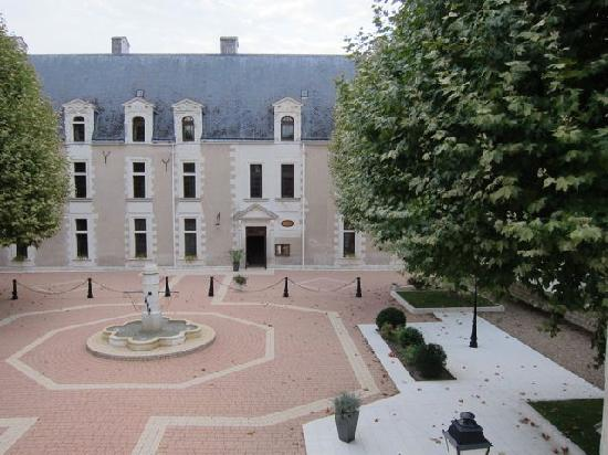 Chateau de la Menaudiere: View of the courtyard from our room