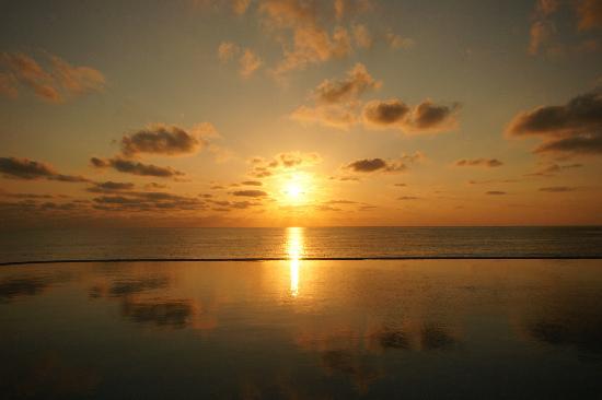 Sun Palace: Lever de soleil sur la piscine infinity