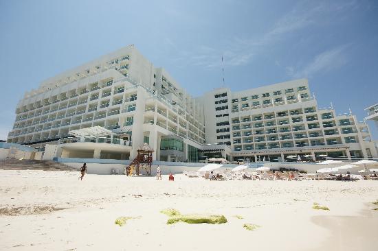Sun Palace: Hôtel vu de la plage