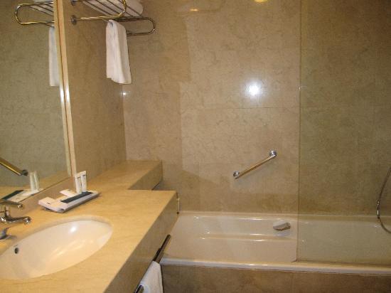 โรงแรมเพรเซียโดส: Good size bathroom and shower