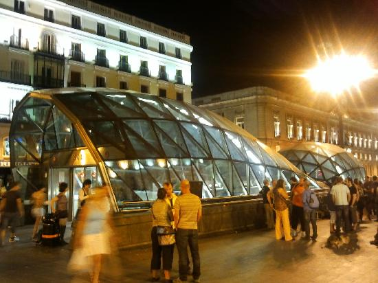 มาดริด, สเปน: puerta del sol at night - transports gate