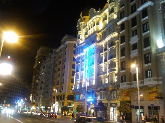 มาดริด, สเปน: gran via at night - vibrant