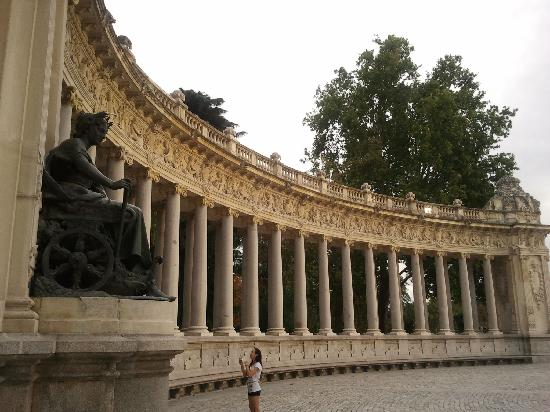 มาดริด, สเปน: retiro park - columns monument close to the lake