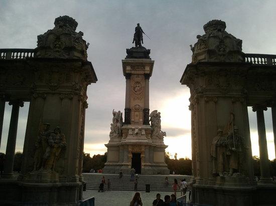 มาดริด, สเปน: monument in retiro park