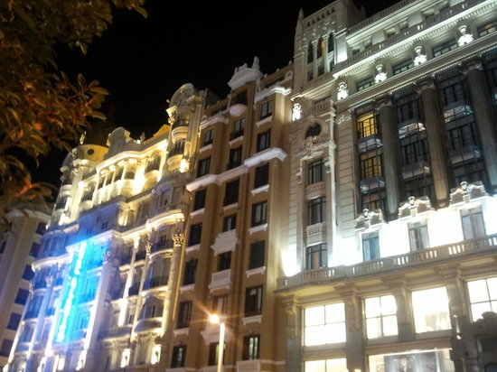 Madrid, Spanien: night in gran via - buildings