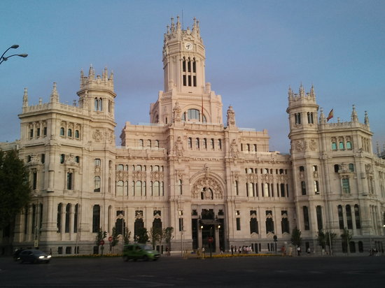 Мадрид, Испания: city hall madrid - sunset - early evening