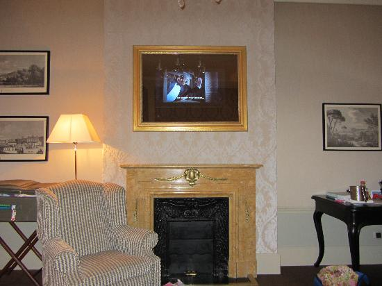 El Palace Hotel: Tv in picture frame above fireplace