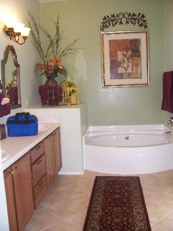 Desert Sol Bed & Breakfast: huge bathroom!