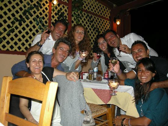 Agapi Restaurant: foto di gruppo....in basso a sinistra i proprietari (moglie e marito)