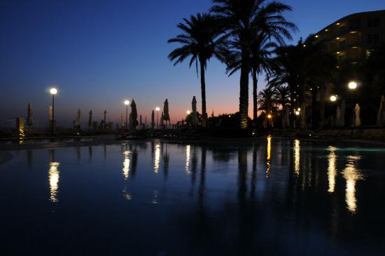 Radisson Blu Resort & Spa, Malta Golden Sands: Pool at night