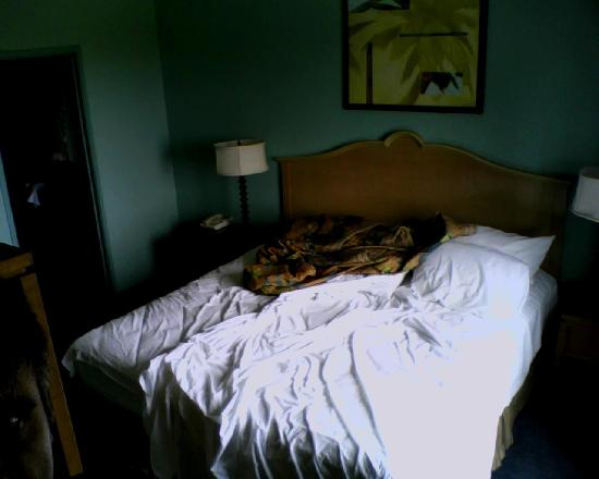 Embassy Suites by Hilton Mandalay Beach Resort: king size bed