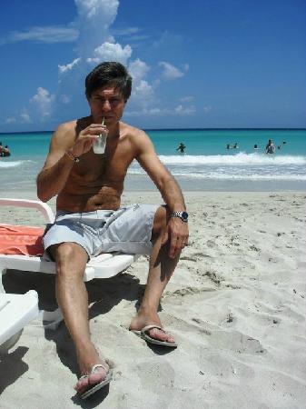 Sol Palmeras: Piña colada en la playa del hotel...