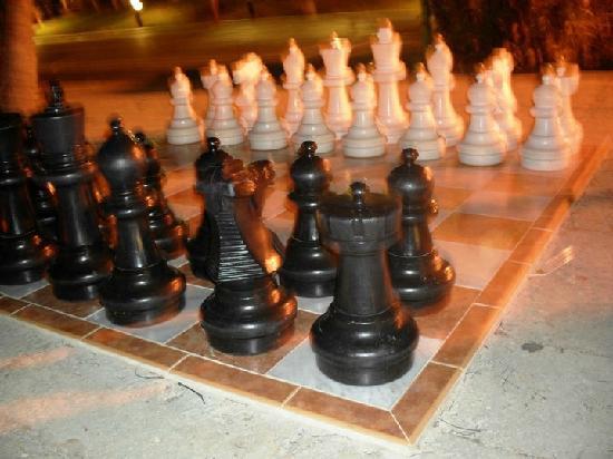 Sol Palmeras: El tablero enorme de ajedrez del jardín,..se podía jugar!!!