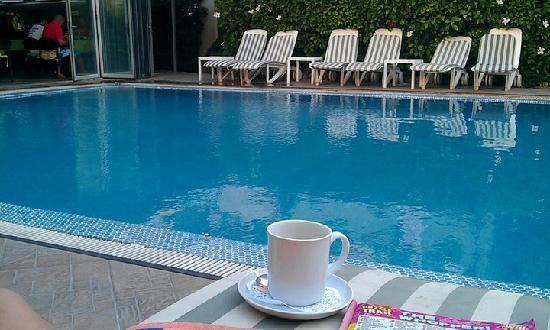 Grass Apartments: Coffee by the pool